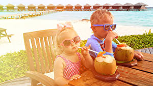 Обои Напиток Курорты Два Мальчики Девочка Очков Стола ребёнок