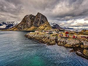 Обои Норвегия Лофотенские острова Горы Речка Здания Берег