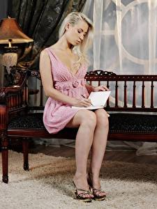Фотография Скамья Блондинок Сидящие Платья Книга Ног Туфли