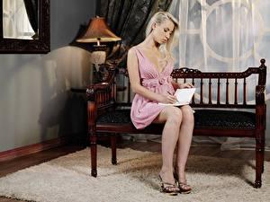 Фотография Скамья Блондинок Сидящие Платья Книга Ног Туфли молодые женщины
