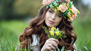 Обои для рабочего стола Розы Пальцы Шатенка Лица Смотрит Красивые Волос молодые женщины