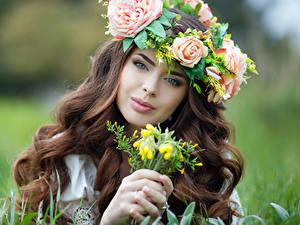 Картинки Розы Пальцы Шатенка Лица Смотрит Красивые Волос Девушки