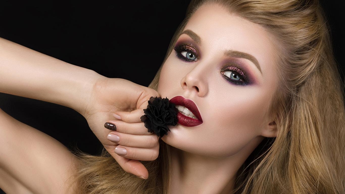 Фотография блондинки мейкап молодая женщина рука Взгляд на черном фоне 1366x768 блондинок Блондинка Макияж косметика на лице девушка Девушки молодые женщины Руки смотрят смотрит Черный фон