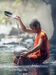 Фотографии Камни Азиаты Ручей Лысый Мальчики Сидя Брызги Ребёнок