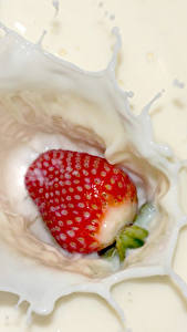 Картинки Клубника Молоко С брызгами Пища
