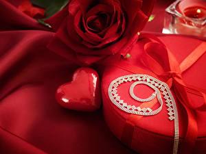 Фотографии День всех влюблённых Розы Подарки Красный Сердечко