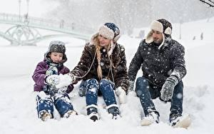 Картинки Зима Мужчины Снеге Мальчишка Шапки Сидящие Трое 3 Дети Девушки