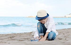 Картинки Берег Корабли Парусные Мальчики Шляпа Песка Дети