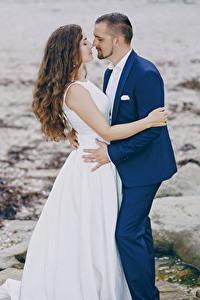 Картинки Любовь Вдвоем Жених Невесты Шатенки Платья Обнимаются Девушки
