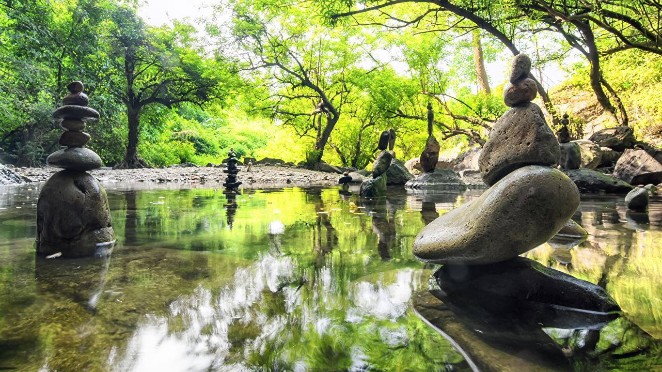 Картинка Природа весенние Пруд Парки Камни скульптура 1366x768 Весна парк Камень Скульптуры