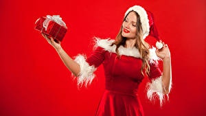 Обои Новый год Красный фон Блондинка Шапки Подарки Униформа Руки Девушки