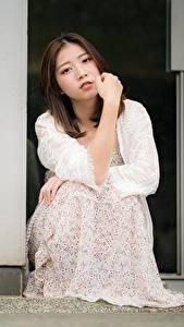 Фото Азиатки Позирует Сидящие Платья Смотрит Шатенки девушка