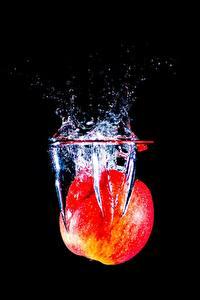 Фото Яблоки Вода На черном фоне С брызгами
