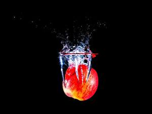 Фото Яблоки Вода На черном фоне С брызгами Еда