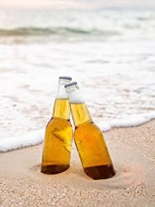 Фотографии Пиво Море Бутылки Два Пене Песка Еда