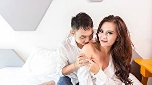 Фотографии Любовники Мужчины Азиаты 2 Поцелуй Шатенка Улыбка Руки Девушки