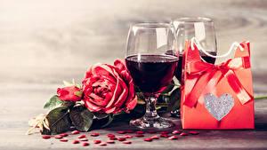 Картинка День всех влюблённых Вино Розы Подарки Сердечко Бантик Бокалы Еда