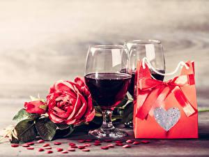 Картинка День святого Валентина Вино Розы Подарки Серце Бантики Бокалы Цветы Еда