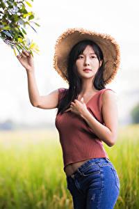 Фото Азиатка Позирует Боке Джинсы Майки Шляпы Смотрят девушка