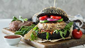 Обои Быстрое питание Гамбургер Булочки Овощи Кетчупа Разделочной доске Еда
