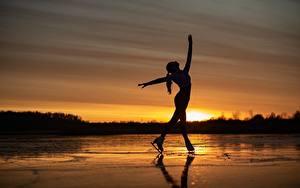 Фотографии Рассвет и закат Озеро Силуэта Коньках Позирует Sergey Kalabushkin девушка Спорт
