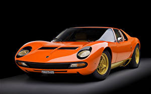 Картинка Ламборгини Винтаж Черный фон Оранжевый Металлик 1973 Miura P400 SV Worldwide Bertone Авто