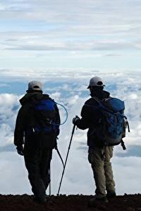 Фотографии Мужчины Двое Бейсболка Рюкзак Облако Альпинисты Путешественник