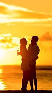 Картинка Рассветы и закаты Влюбленные пары Мужчина Две Обнимает Бокалы Девушки