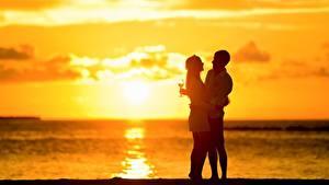 Картинка Рассвет и закат Любовники Мужчины 2 Обнимает Бокал девушка