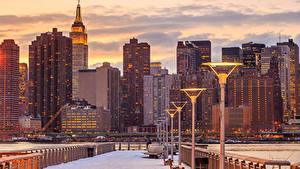 Картинка Штаты Дома Небоскребы Вечер Нью-Йорк Уличные фонари Города