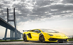 Обои Lamborghini Желтая Aventador