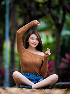 Картинки Азиатки Поза лотоса Сидящие Рука Смотрит девушка