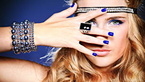 Фотография Губы Пальцы Украшения Лицо Взгляд Руки Маникюр Кольцо Девушки