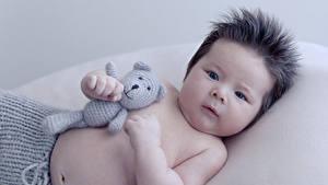 Фото Мишки Азиаты Младенца Смотрит ребёнок
