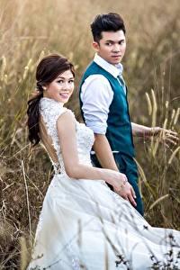 Картинки Поля Азиатка Мужчины Двое Платья Жених Невесты молодая женщина