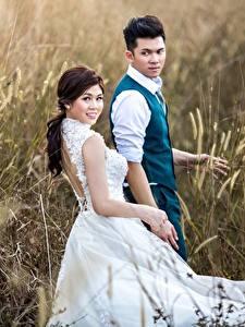 Картинки Поля Азиатка Мужчина Двое Платья Жених Невесты молодая женщина