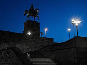 Картинки Германия Кёльн Памятники В ночи Лестница Уличные фонари Kaiser Wilhelm I Города