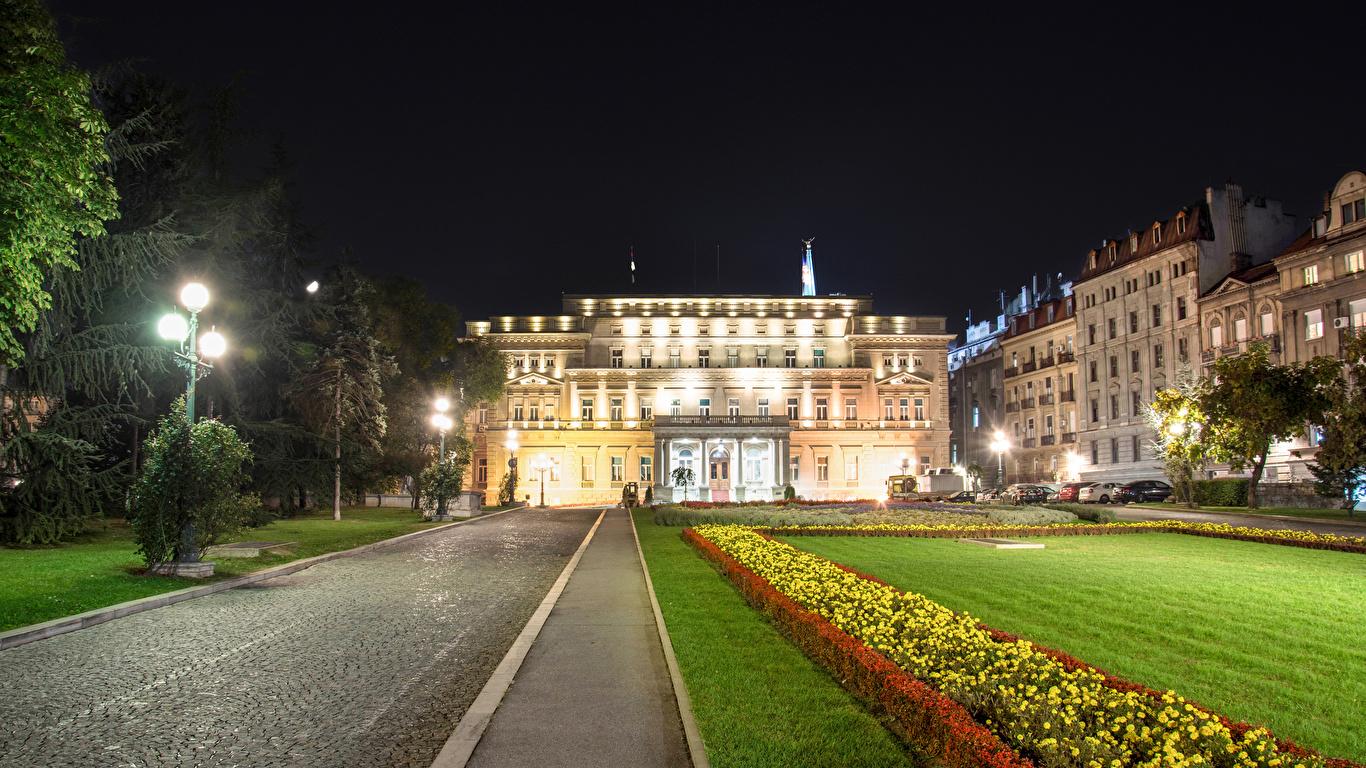Фотографии Города Белград National Assembly Ночь Сербия Уличные фонари Газон Здания 1366x768 город ночью в ночи Ночные Дома газоне