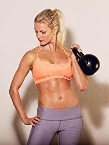Картинки Фитнес Гантель Живота Блондинка спортивная Девушки