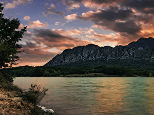 Обои Италия Озеро Горы Берег Небо Облачно Castel San Vincenzo Природа