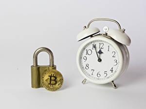 Картинки Монеты Биткоин Часы Будильник Серый фон