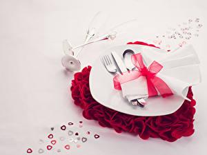 Картинки День святого Валентина Серый фон Тарелка Ложка Вилка столовая Сердечко Бантик Пища