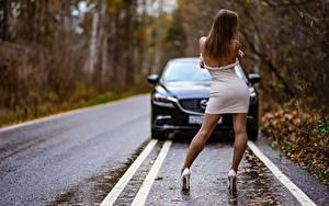 Обои для рабочего стола Осенние Дороги Асфальта Шатенки Платье Вид сзади Поза Ноги Туфли молодая женщина