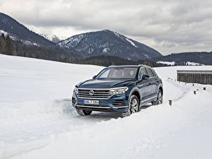 Фотографии Фольксваген Синих Снеге Металлик 2018-19 Touareg V6 TDI Worldwide машина