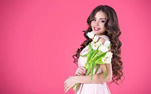 Картинка Тюльпаны Цветной фон Шатенка Улыбка Взгляд Волосы Красивые Девушки