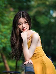 Фото Азиаты Боке Позирует Рука Платье Волосы Взгляд молодые женщины
