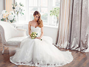 Фотография Букет Шатенка Невесты Платья Сидящие девушка