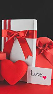 Картинки День святого Валентина Розы Черный фон Сердечко Подарки Красный Бантик Цветы