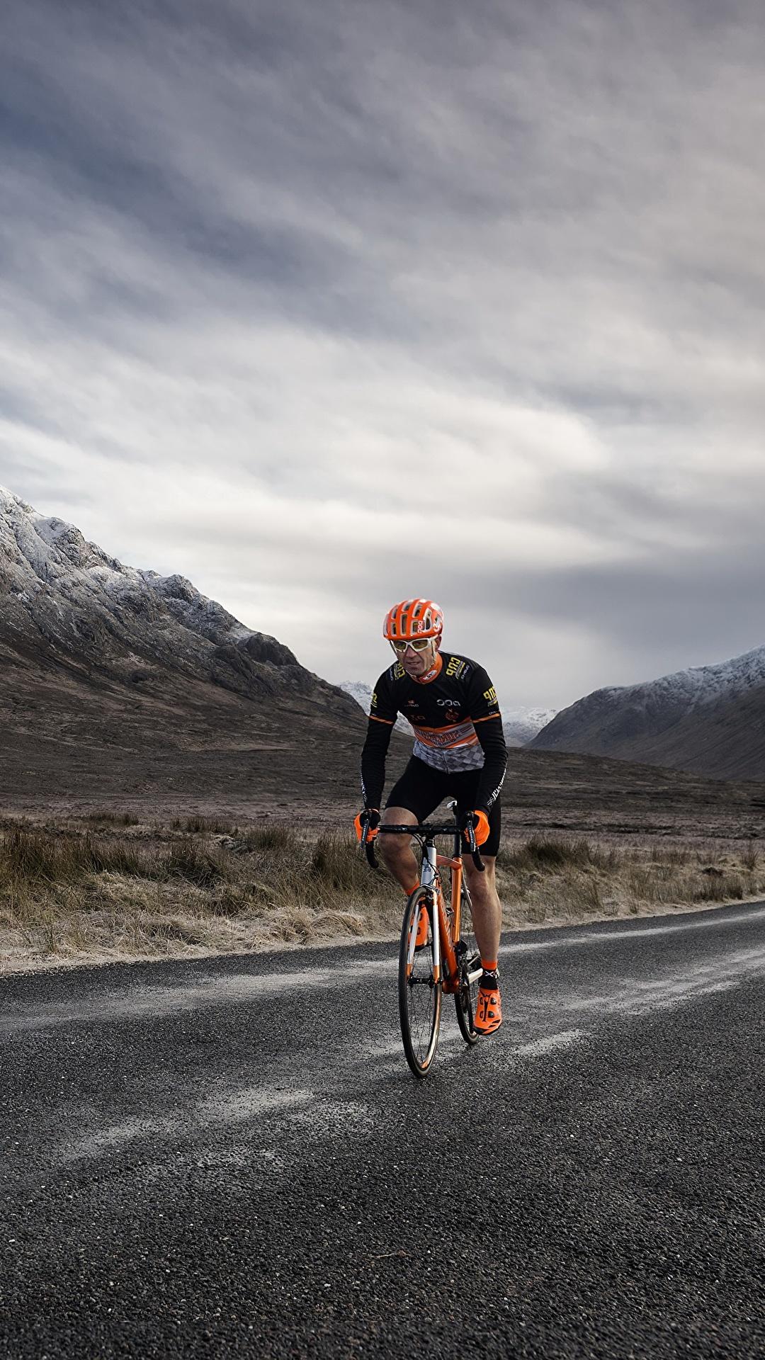 Фотографии Велосипед Горы Природа Дороги Движение 1080x1920 для мобильного телефона велосипеды велосипеде гора едет едущий едущая скорость