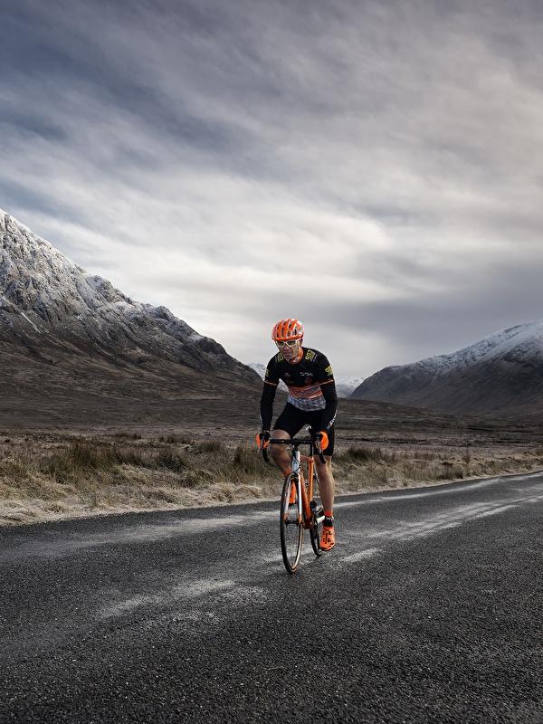 Фотографии Велосипед Горы Природа Дороги Движение 600x800 для мобильного телефона велосипеды велосипеде гора едет едущий едущая скорость
